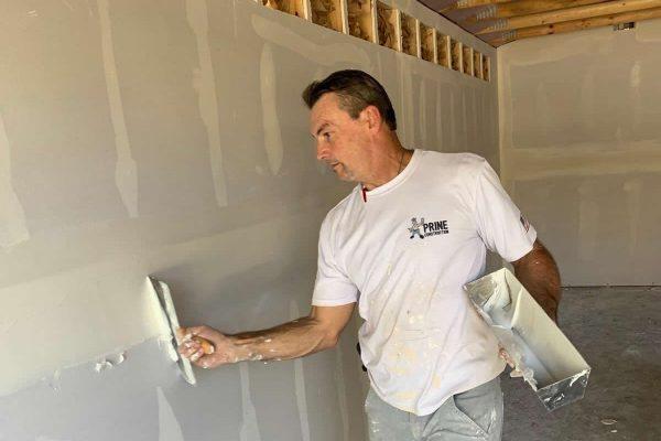applying-spackle-drywall-joints